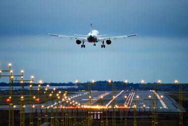 Vliegtuig landt op landingsbaan van luchthaven