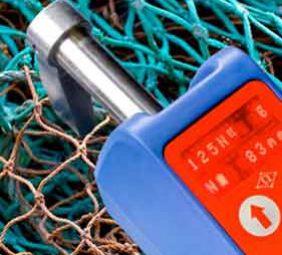 Het meten van een net met een OMEGA maaswijdtemeter