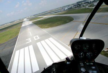 Helicopter nadert landingsbaan