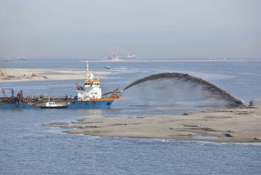 Land reclamation: rainbowing trailing suction hopper dredger